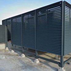 Ściany lamelowe z żaluzją CzS-A / H=2100 / szerokość modułów od 900 do 2400mm / lakierowane proszkowo RAL 7016 / aluminium / widok z drzwiami rewizyjnymi